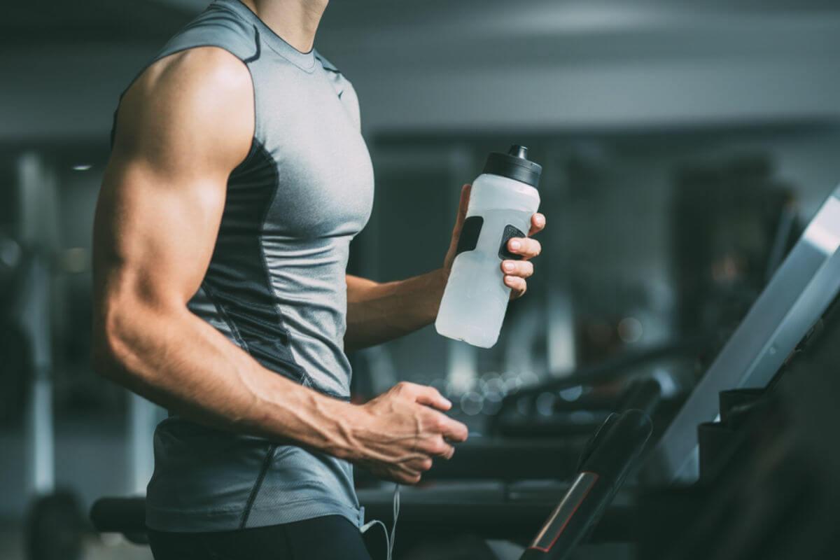 筋トレの効果がアップする「BCAA」とは?筋タンパク質の分解を防ぐサプリの摂取タイミング、適量を解説 | MONEY TIMES