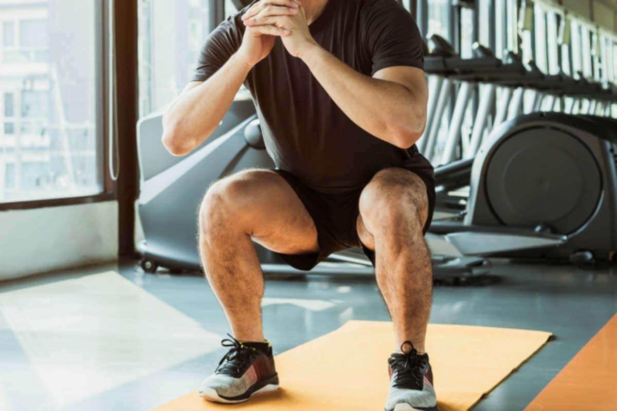 自宅でできる脚の自重筋トレメニュー5選 スクワット、サイドランジなど効果、筋肉の構造なども紹介   MONEY TIMES